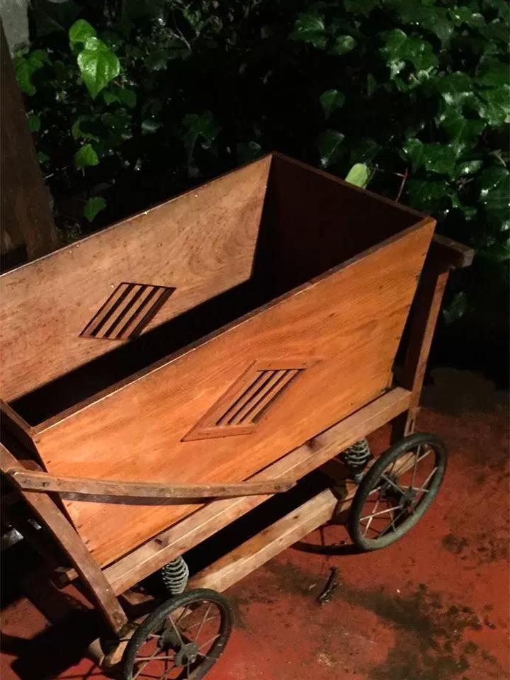古い木製乳母車画像3